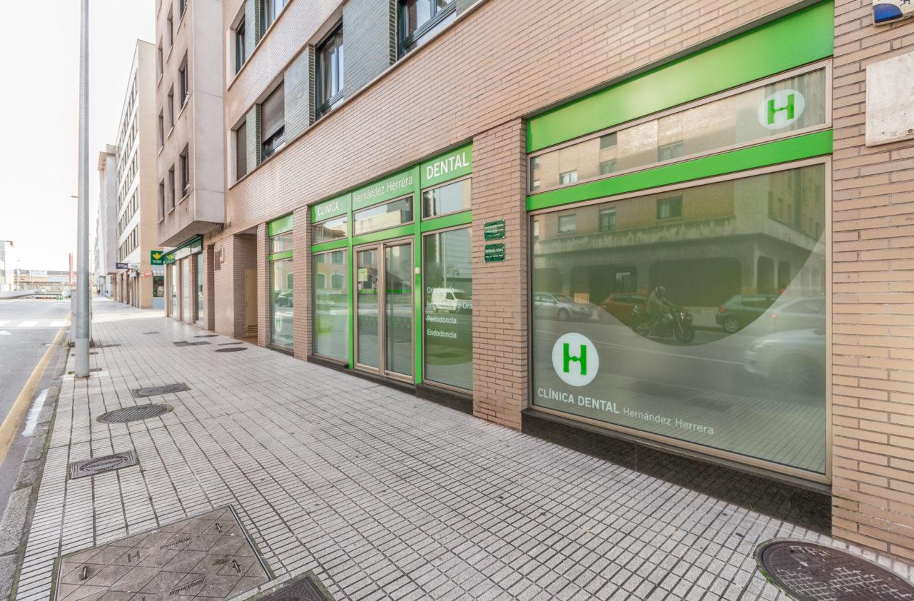 La clínica dental Hernández Herrera se encuentra ubicada en la Avenida de las Industris en Gijón