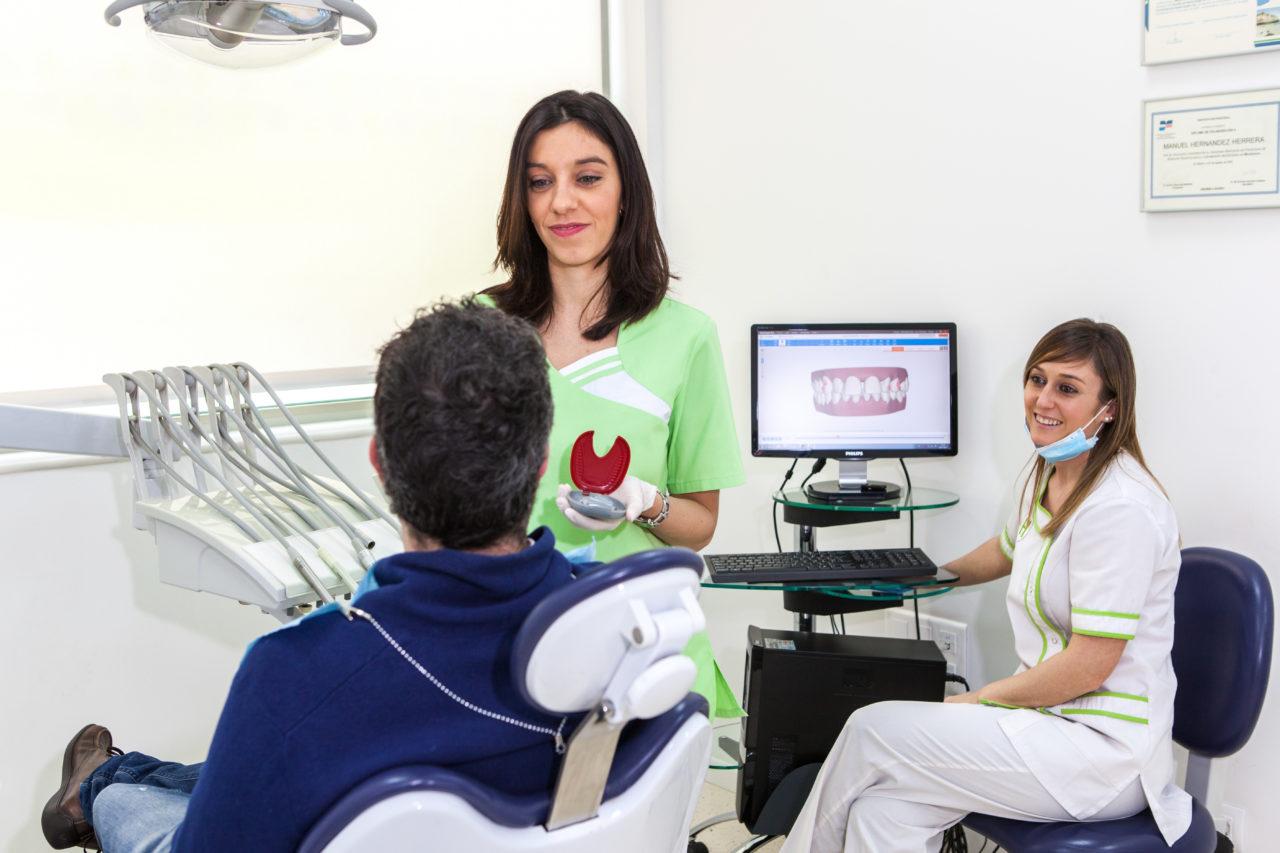 La Dra. Marina Lobato explicando la ortodoncia invisible Invisalign a un paciente