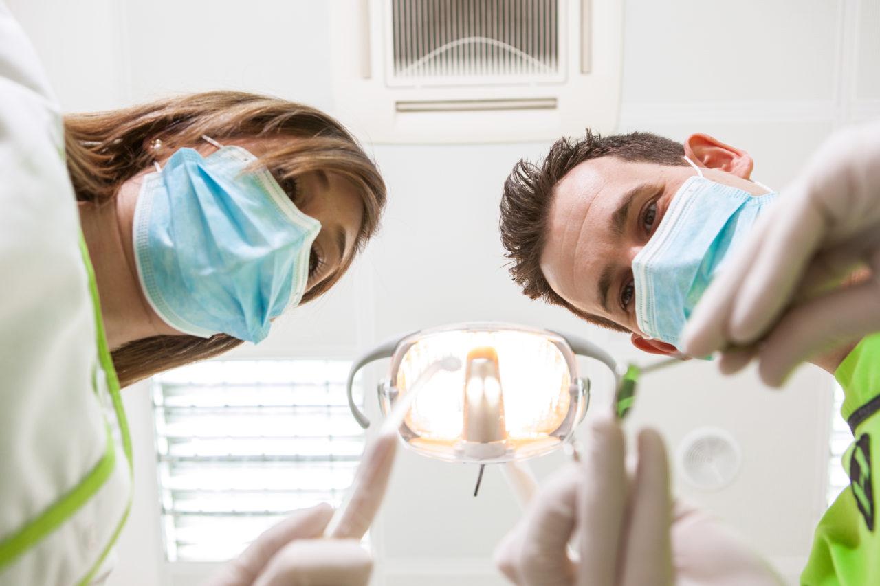 El equipo de dentistas de la Clínica trabajando con uno de sus pacientes.
