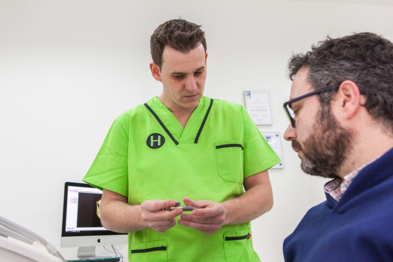 Mostrando al paciente los implantes dentales de la firma BTI
