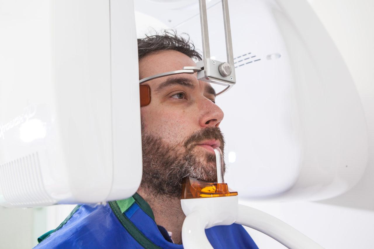 Paciente utilizando el escaner 3D propio de la clínica